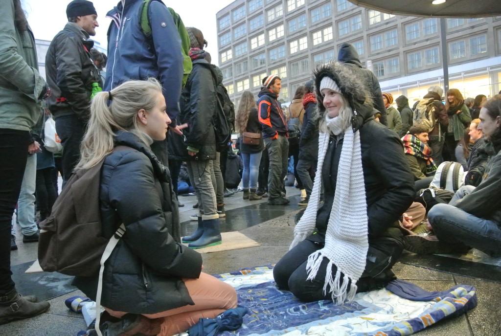 Augenkontaktexperiment am Alexanderplatz 2015