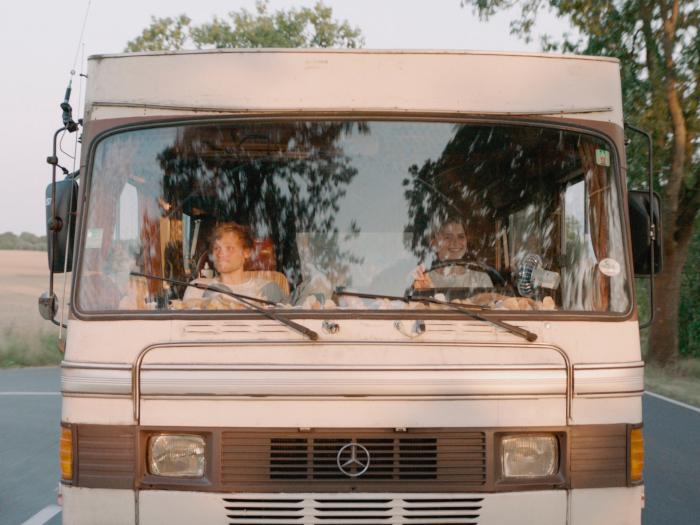 Nicht immer einer Meinung, aber im selben Bus (©AlamodeFilm)